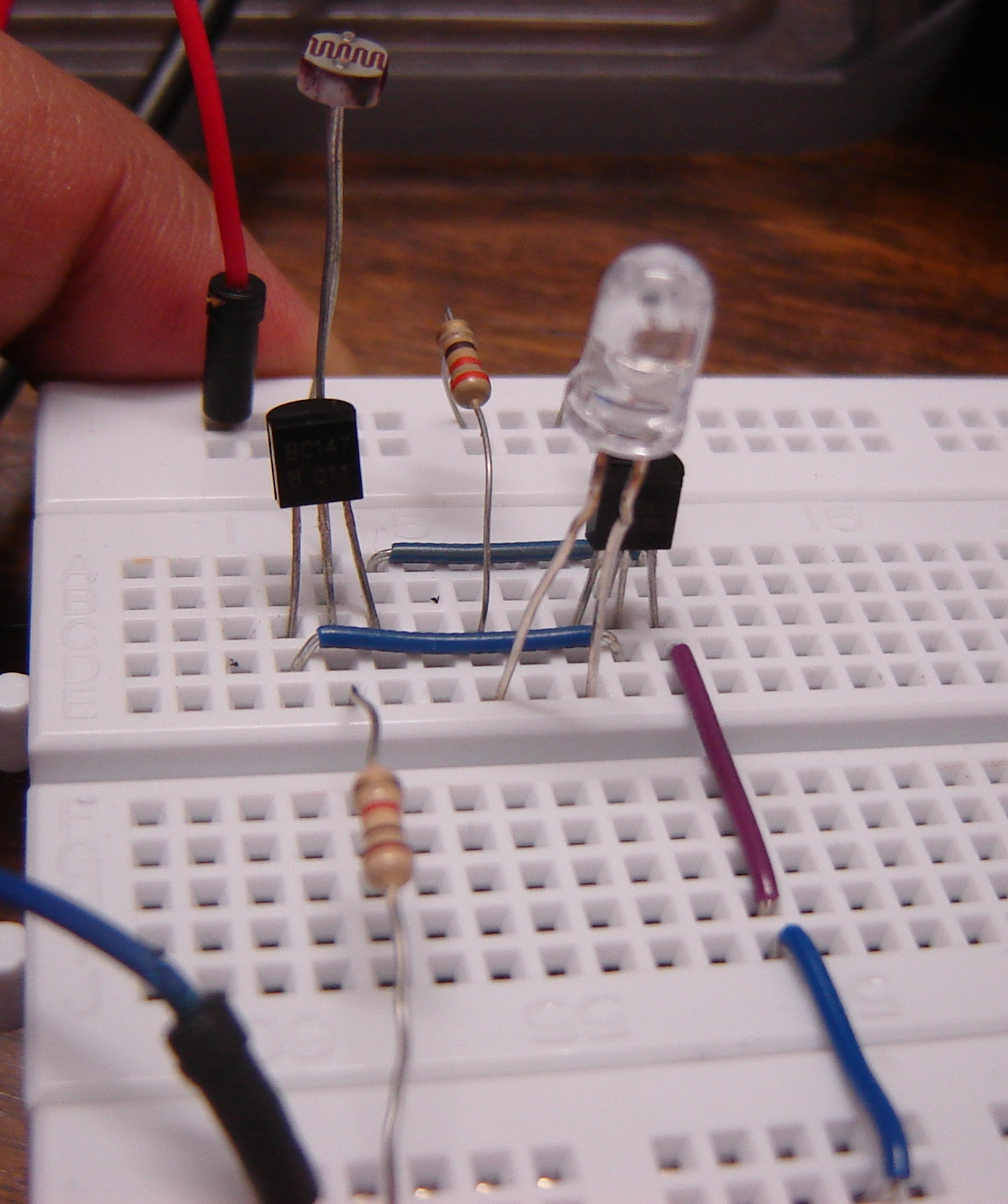 Dark Sensor Using Two Transistors Buildcircuit Electronics Led Circuits And Resistors Components